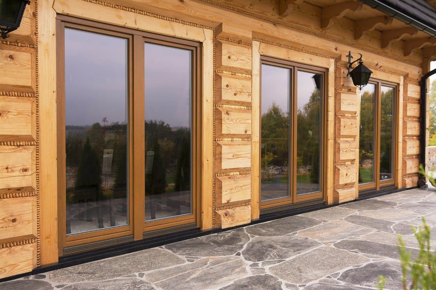 Деревянные окна на доме